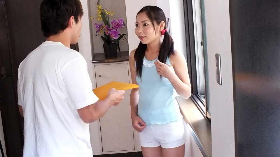 Mladičká Asiatka a její sexuální zkušenost s listonošem